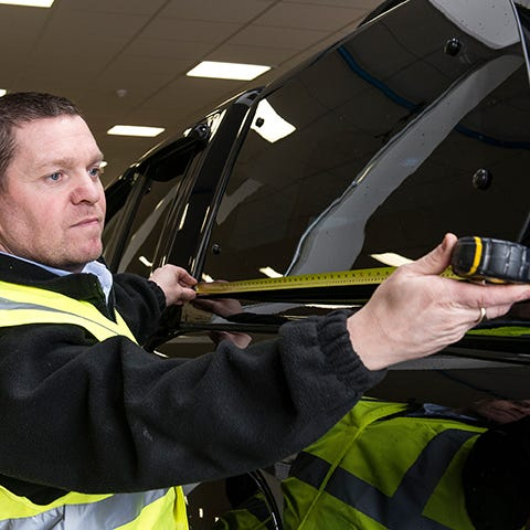 Fitter Measuring a Hardtop